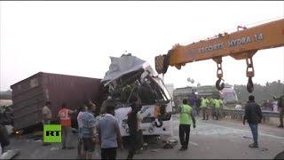 Choque frontal entre un autobús y un camión causa 19 muertos