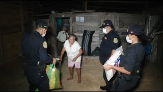 POLICÍAS AYUDAN CON VÍVERES A FAMILIAS MAS NECESITADAS DE TOCACHE